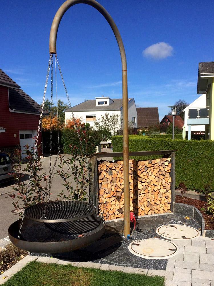 Grillstelle mit Sichtschutz aus Holzscheiter