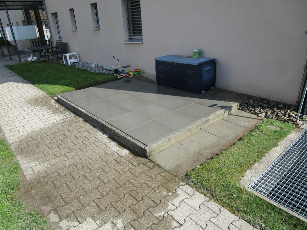 Gartenplatten verlegt