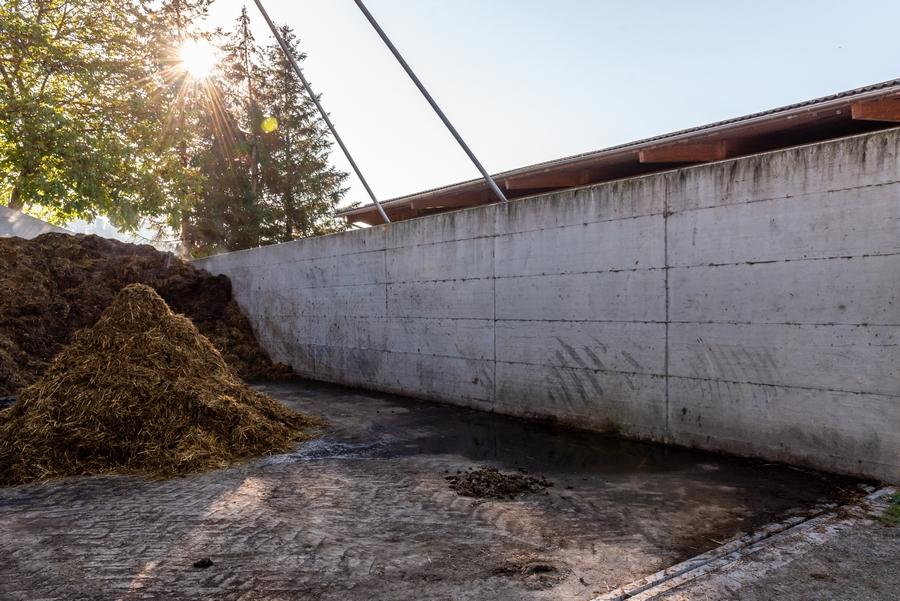 Betonmauer bei Miststock