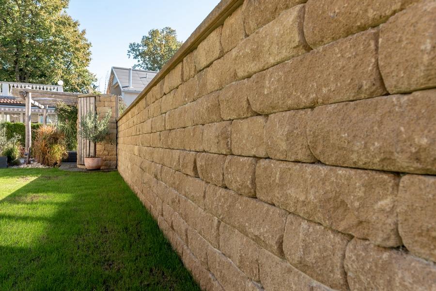 Sanduro-Mauer gelb und Rasengestaltung